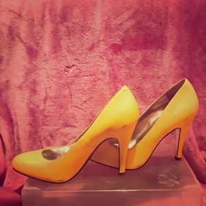 Jessica Simpson yellow pumps in good condition